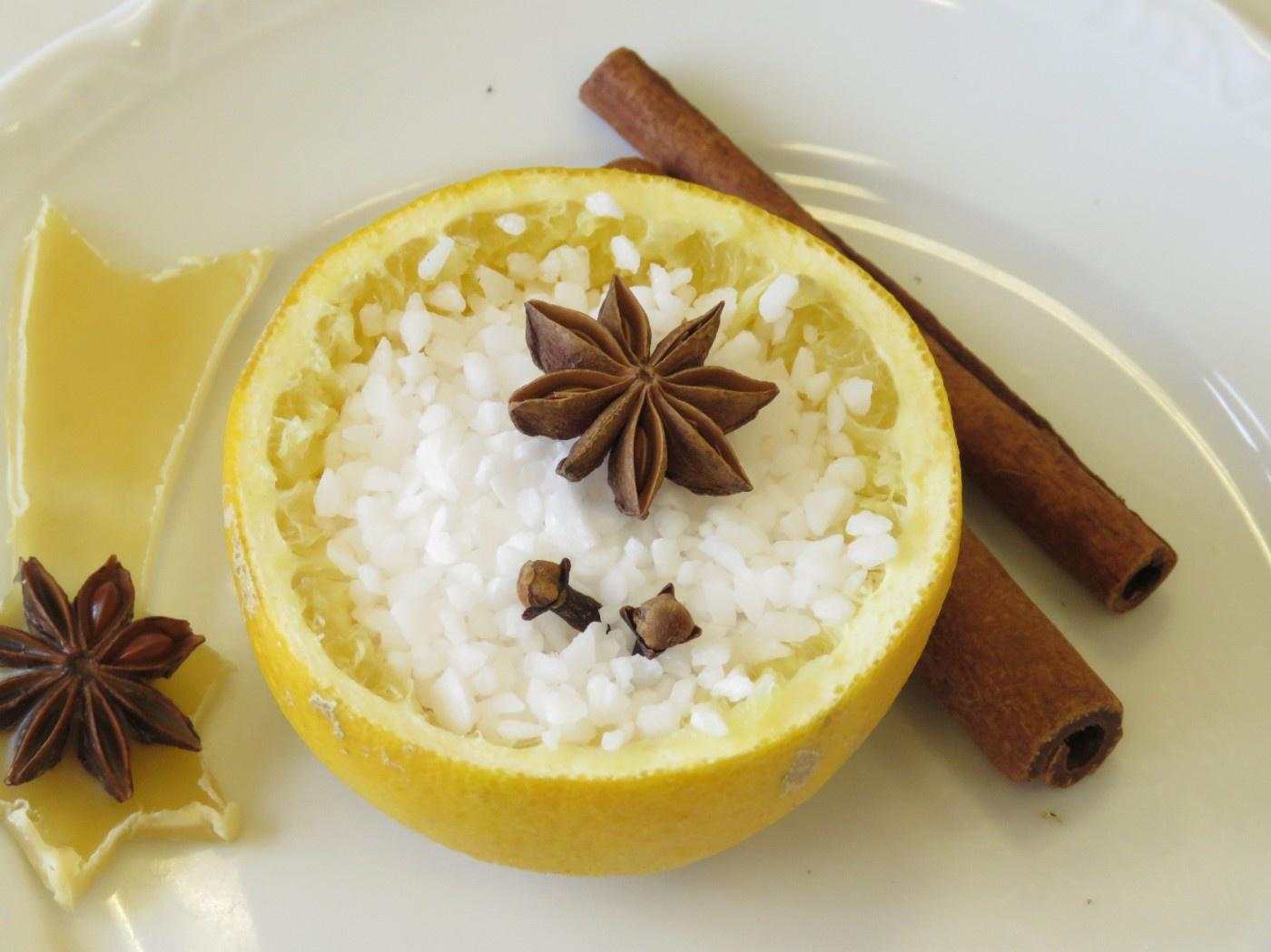 Duftobstschale: Orange gefüllt mit Salz, Sternanis und Zimt