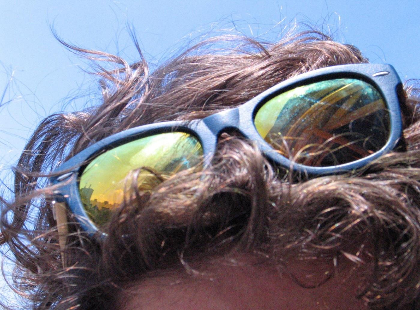 Sonnenbrille im Haar