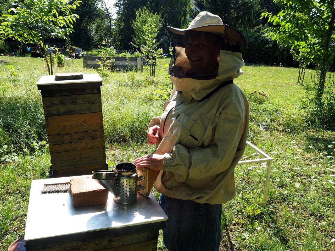 Imkerin beim Bienenstock