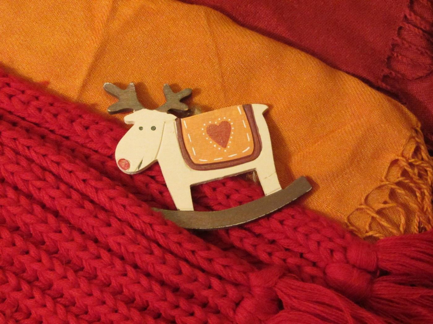 Bunte Schals und ein Rentier-Geschenksanhänger