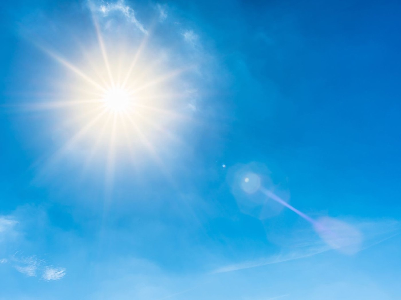 Sonne-blauer-Himmel_John-Smith_Fotolia_163387682_Subscription_Monthly_M