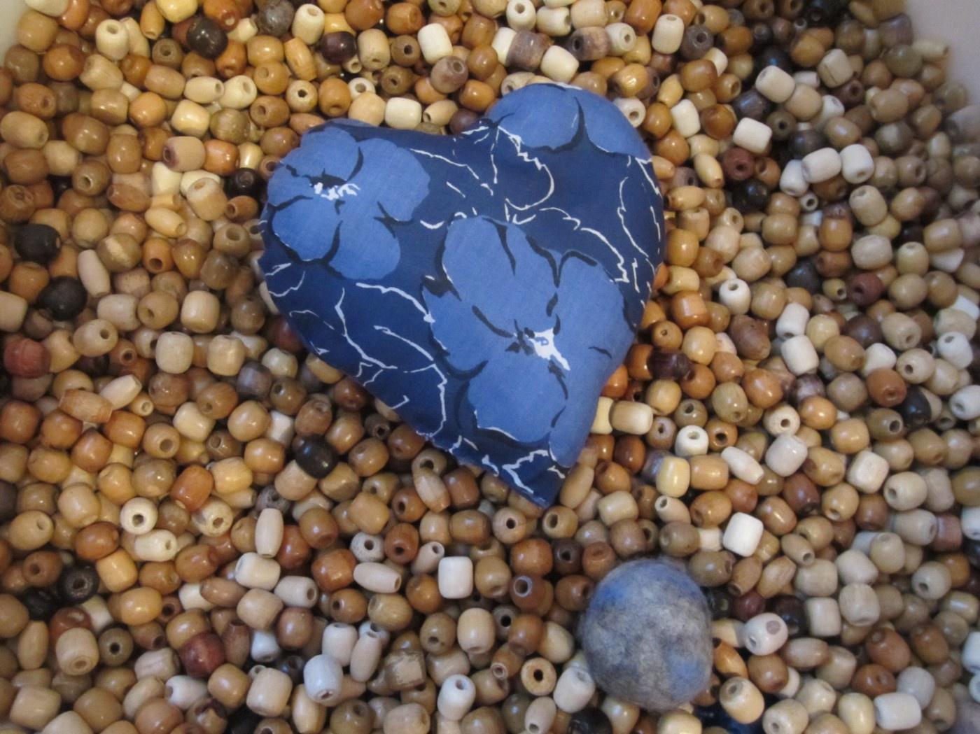 Tastobjekte in Herzform und als Filzball