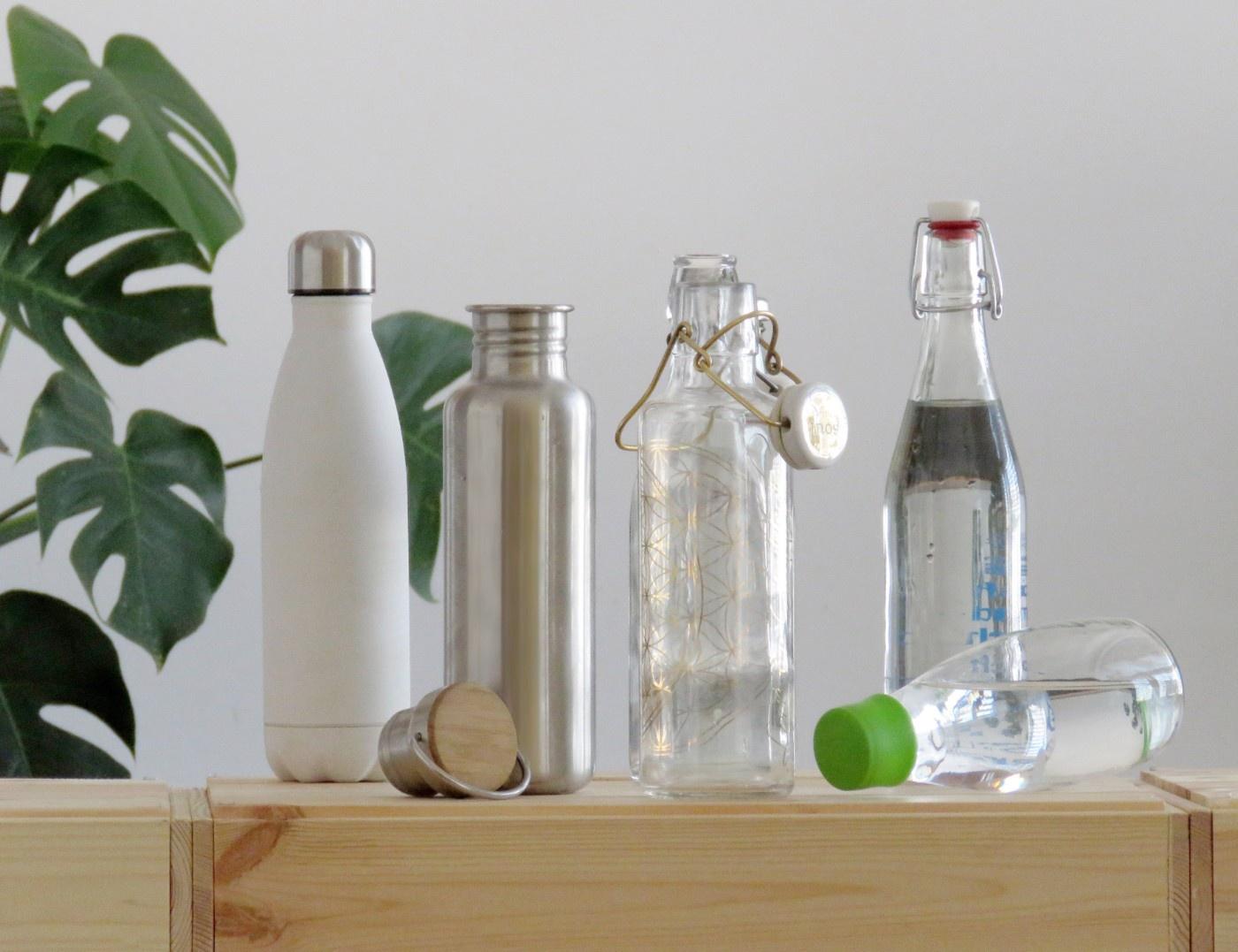 Trinkflaschen aus Glas und Edelstahl