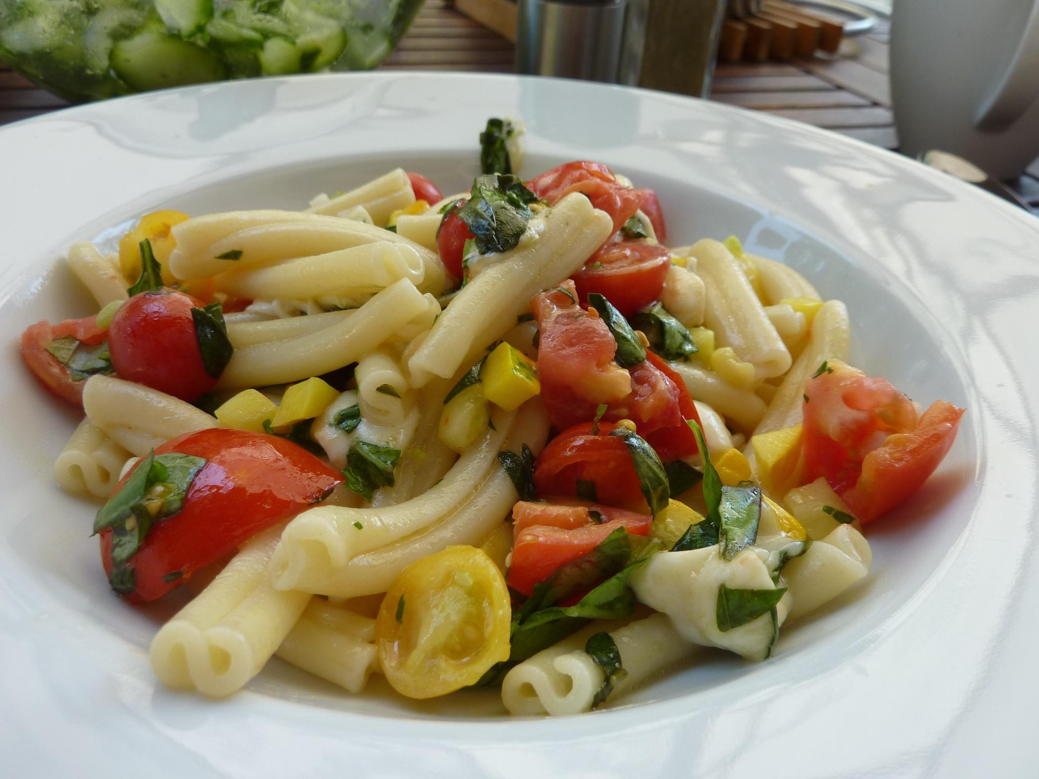 Nudeln mit Mozzarella, Zucchini & Tomate